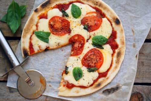 Пицца маргарита с сыром и зеленью