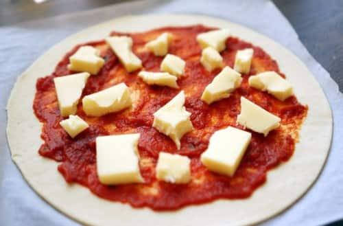 Пицца маргарита с томатным соусом