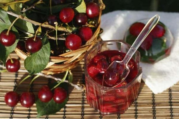 Густое варенье из вишни с целыми ягодами и косточками