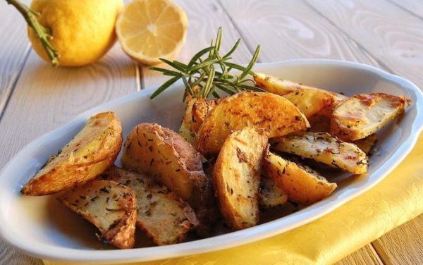 Картошка по деревенски в духовке с мясом и грибами