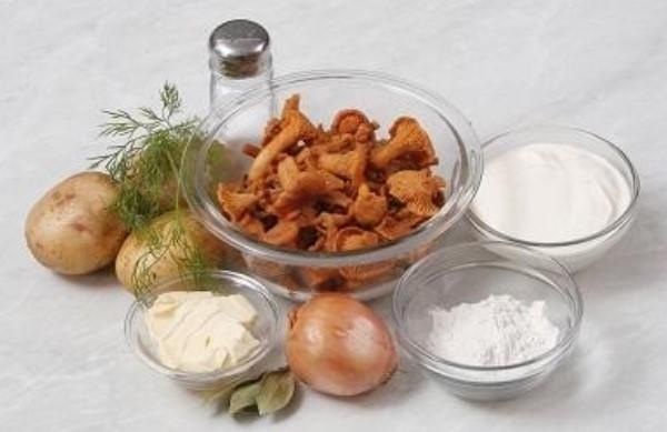 Жареные лисички со сметаной и луком ингредиенты