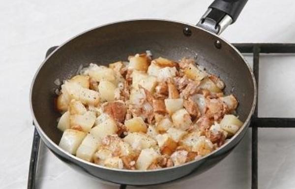 Жареные лисички со сметаной и луком, картошкой на сковороде