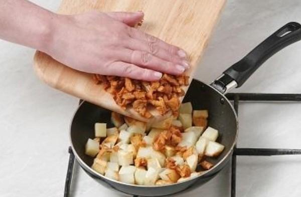 Жареные лисички с луком и картофелем